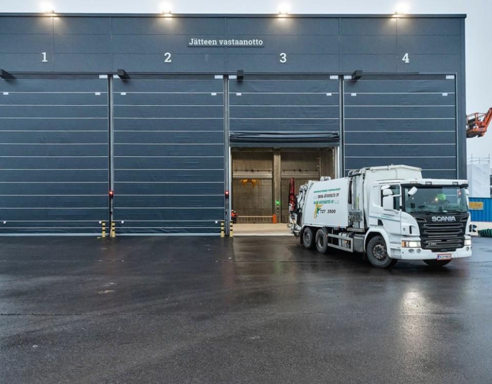 en lastbil dumpar skräp i en byggnad