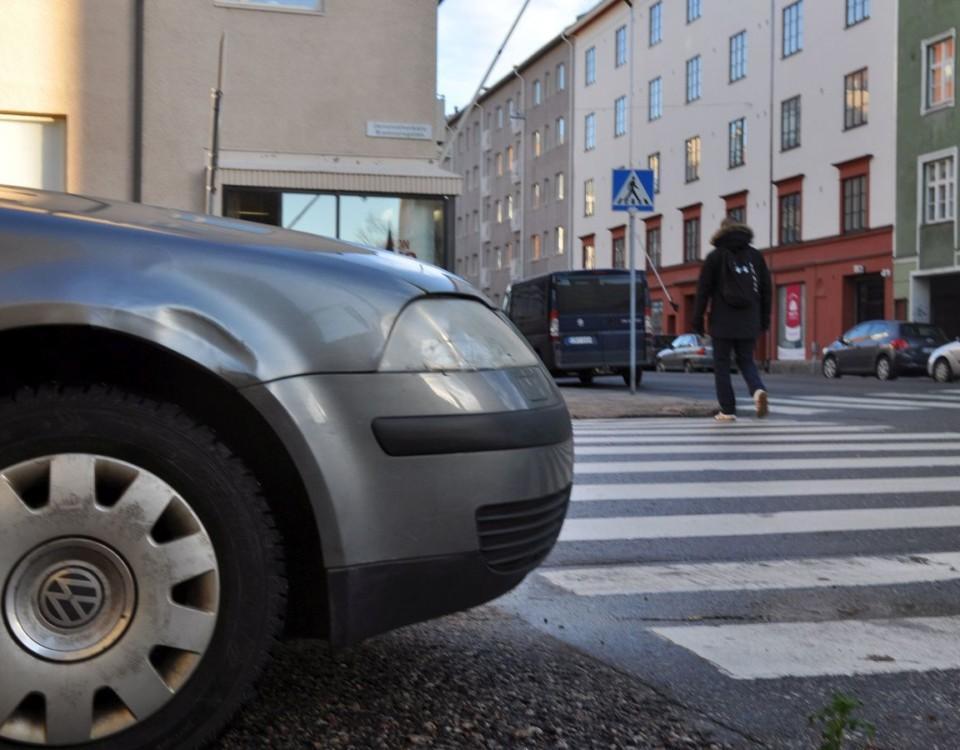 Felparkerad bil vid övergångsställe