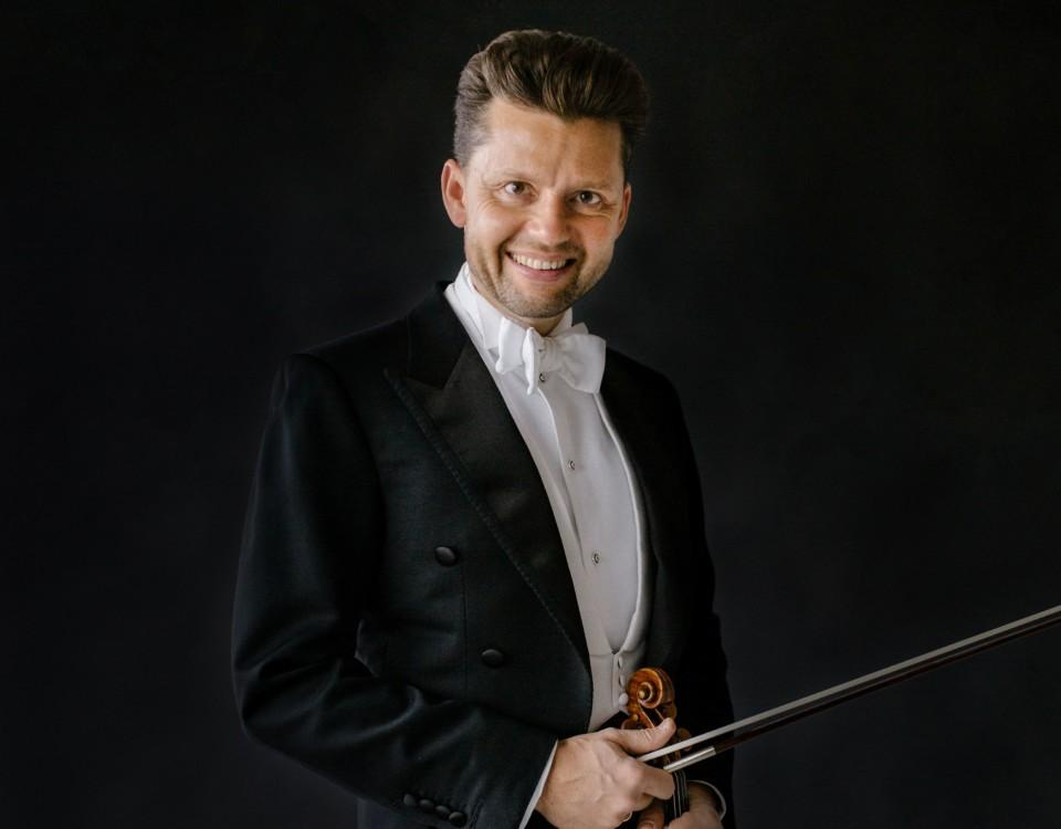 Julian Rachlin iklädd frack med en violin i handen.