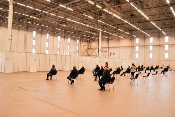 människor på stolar i en stor sal