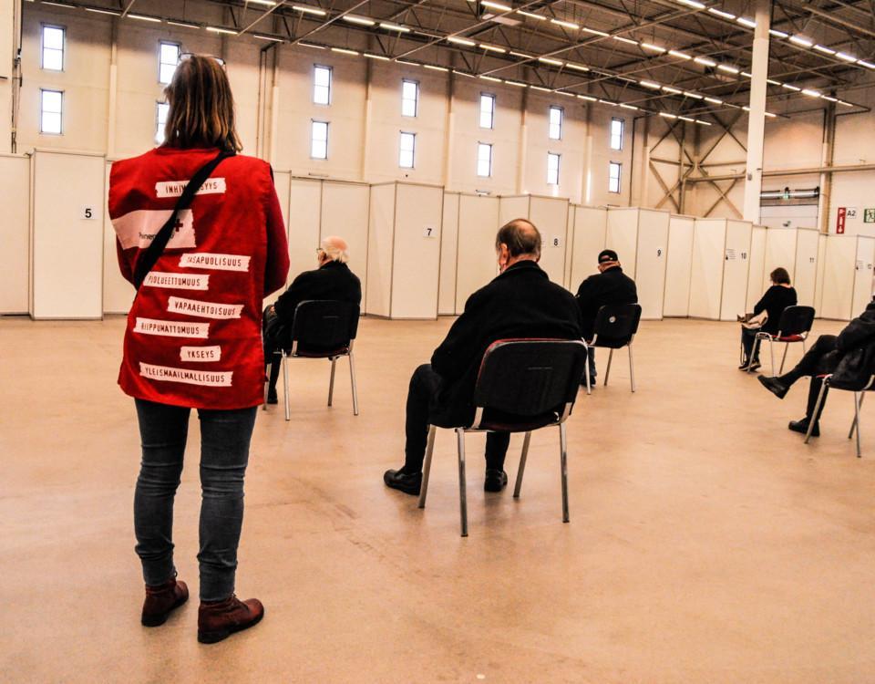 En Röda Kors-arbetare i en mässhall.