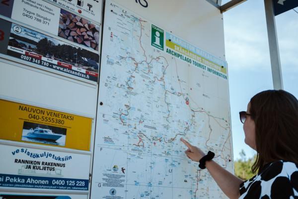 kvinna som tittar på karta