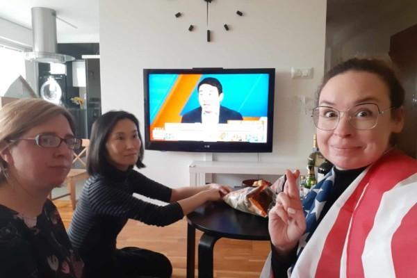 tre kvinnor samlade vid en tv-skärm