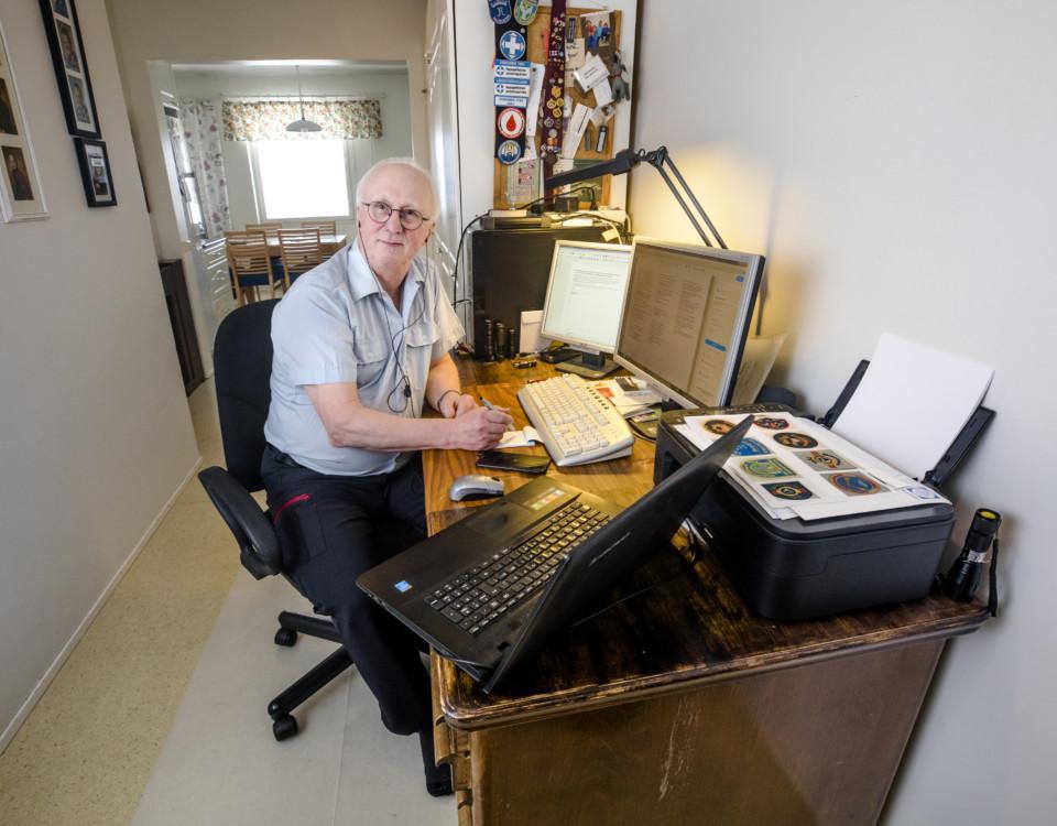 äldre man vid skrivbord