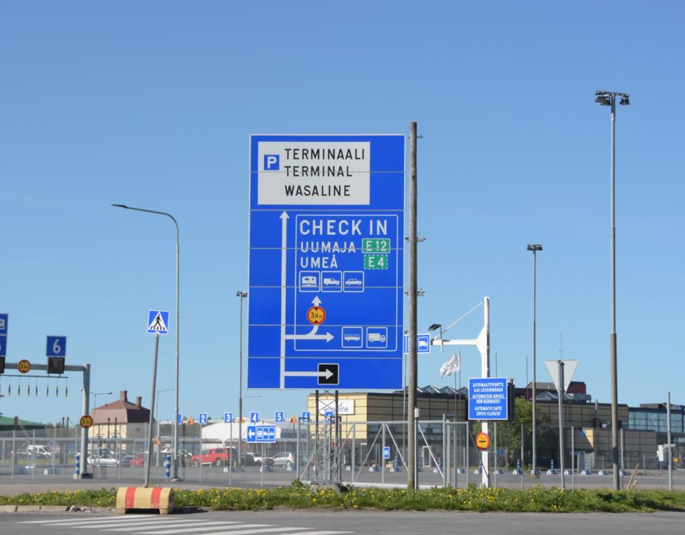 En hamn med många skyltar.