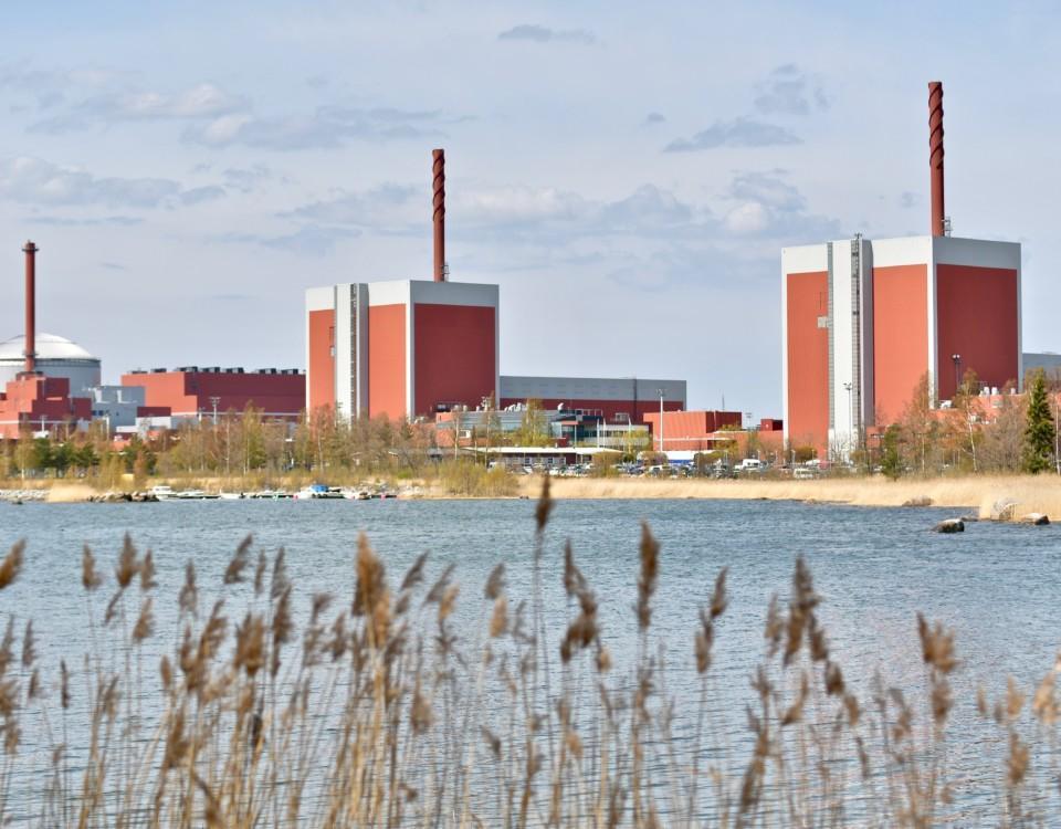 ett kärnkraftverk på håll