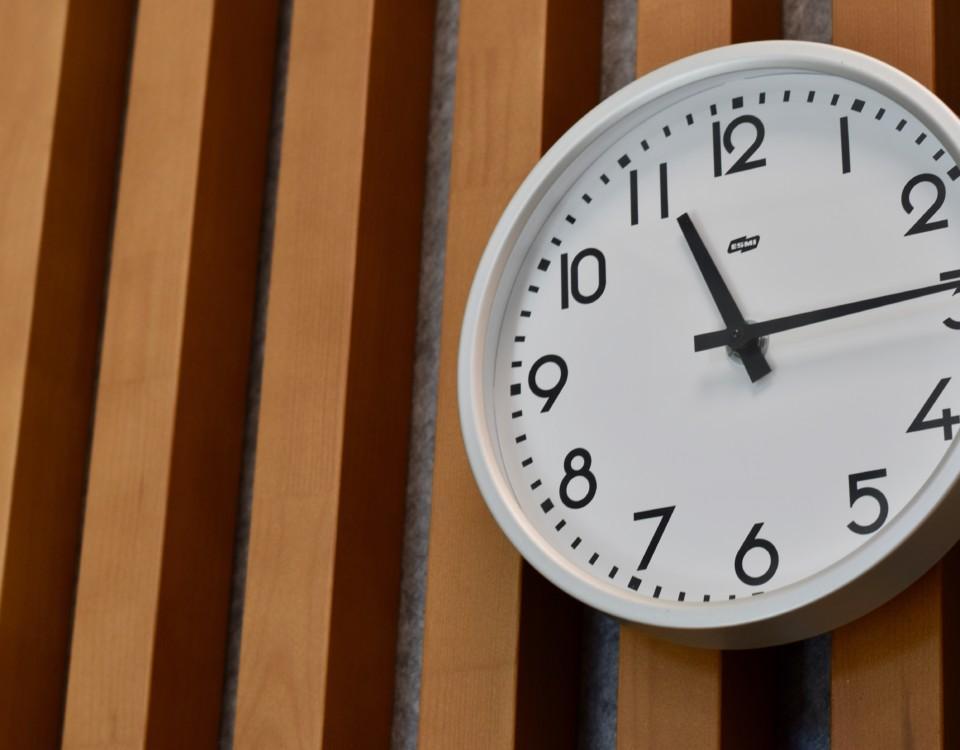 klocka på vägg
