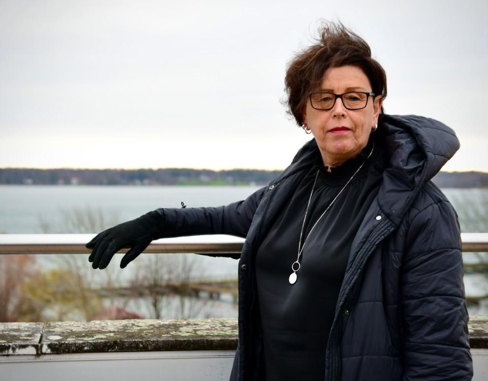 en kvinna i svart jacka