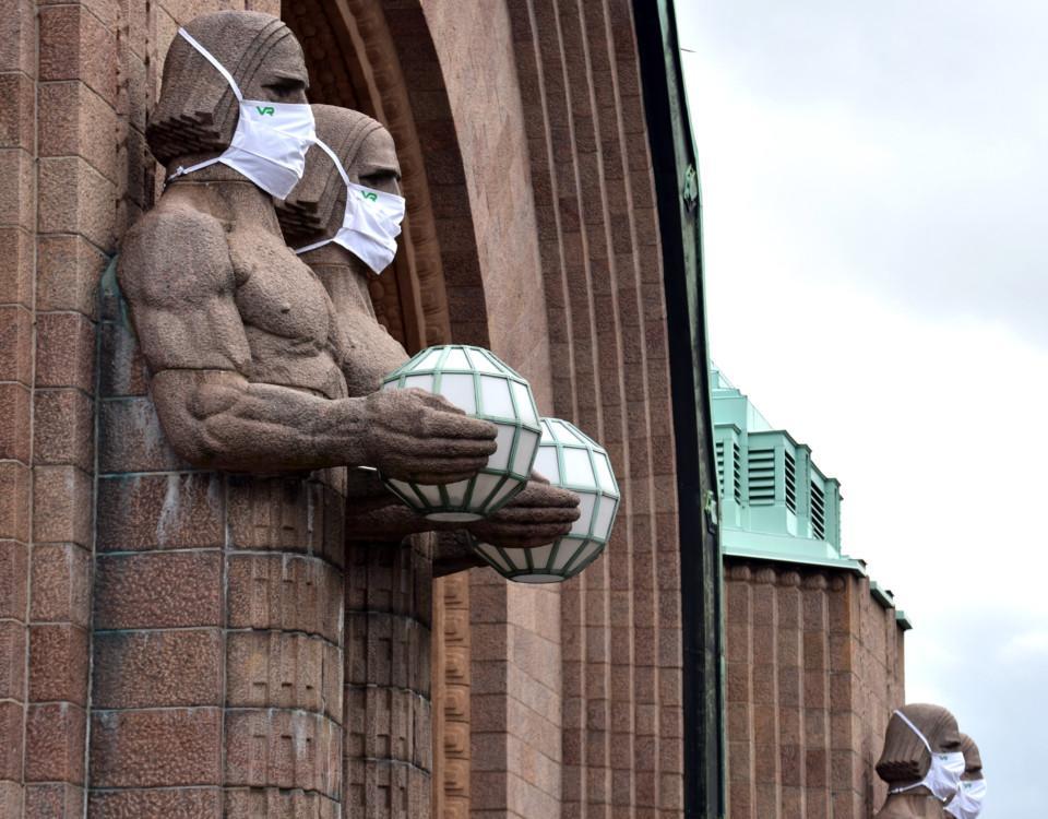 Statyer med munskydd.