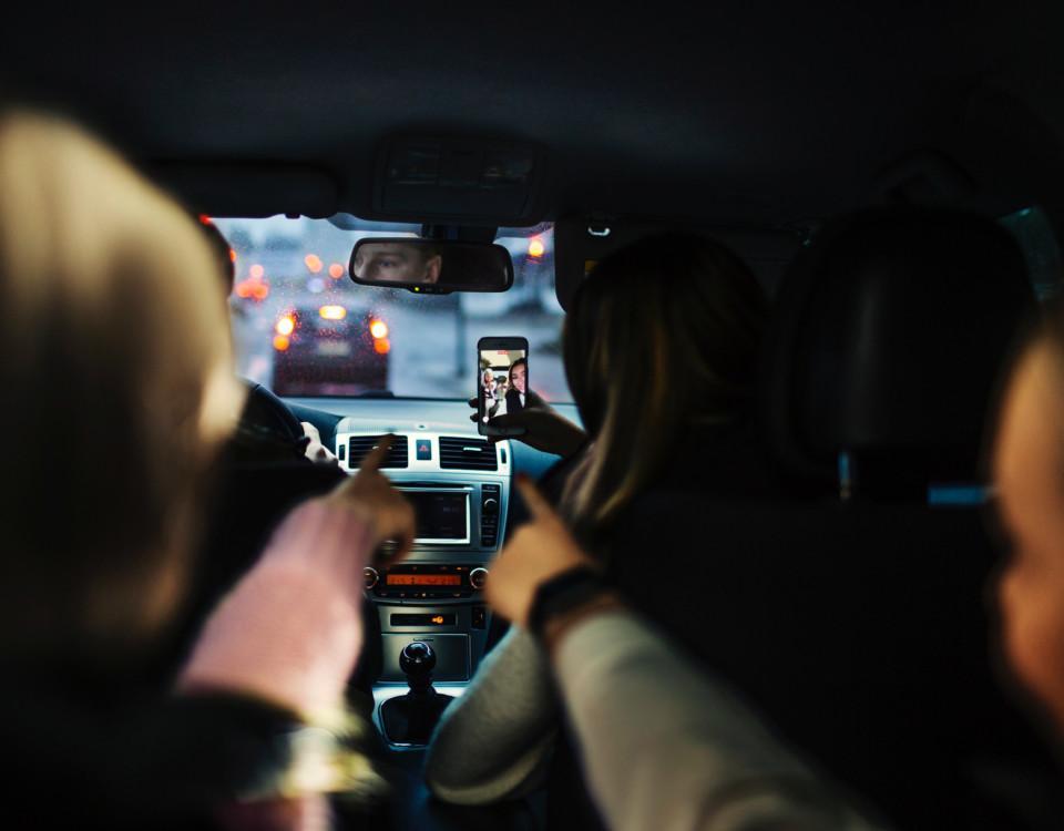 Två människor i en bil.