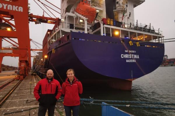 Två pesoner vid ett fraktfartyg.