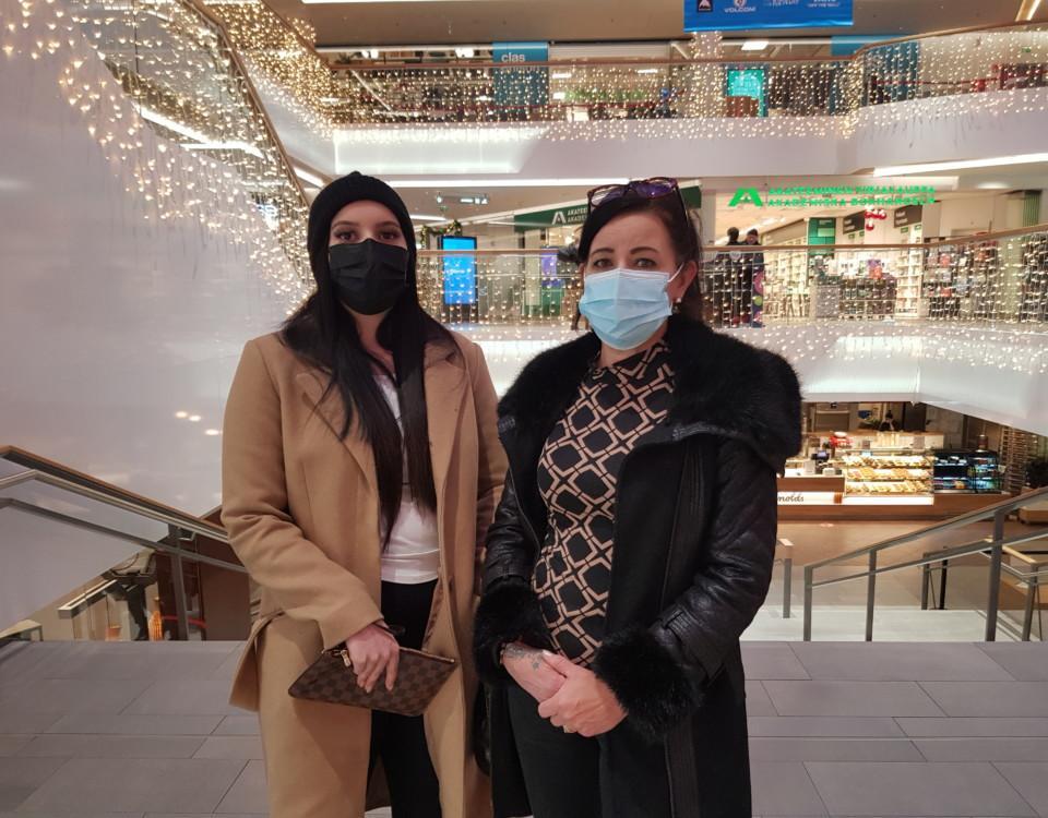 två kvinnor i ett köpcenter