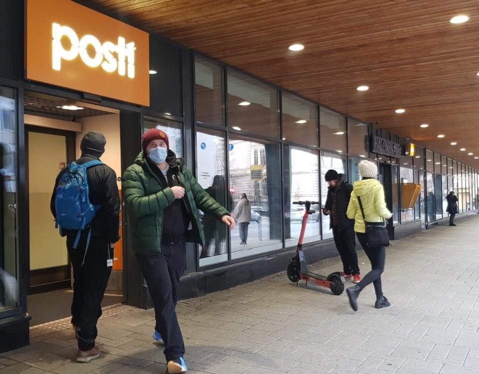 ett postkontor och människor