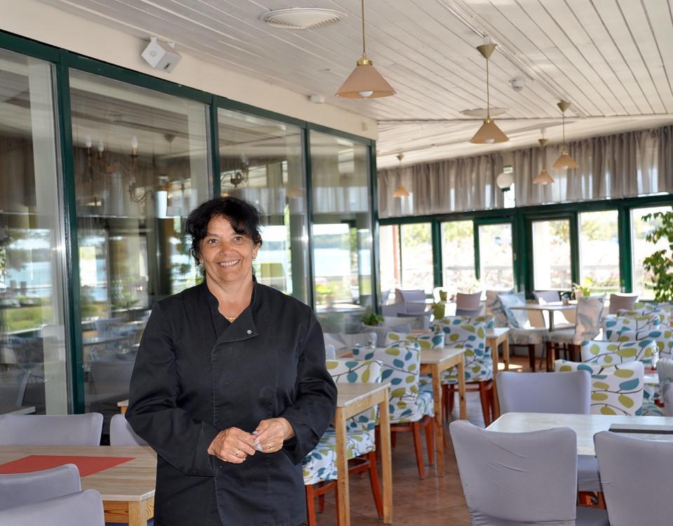 en kvinna i en restaurang