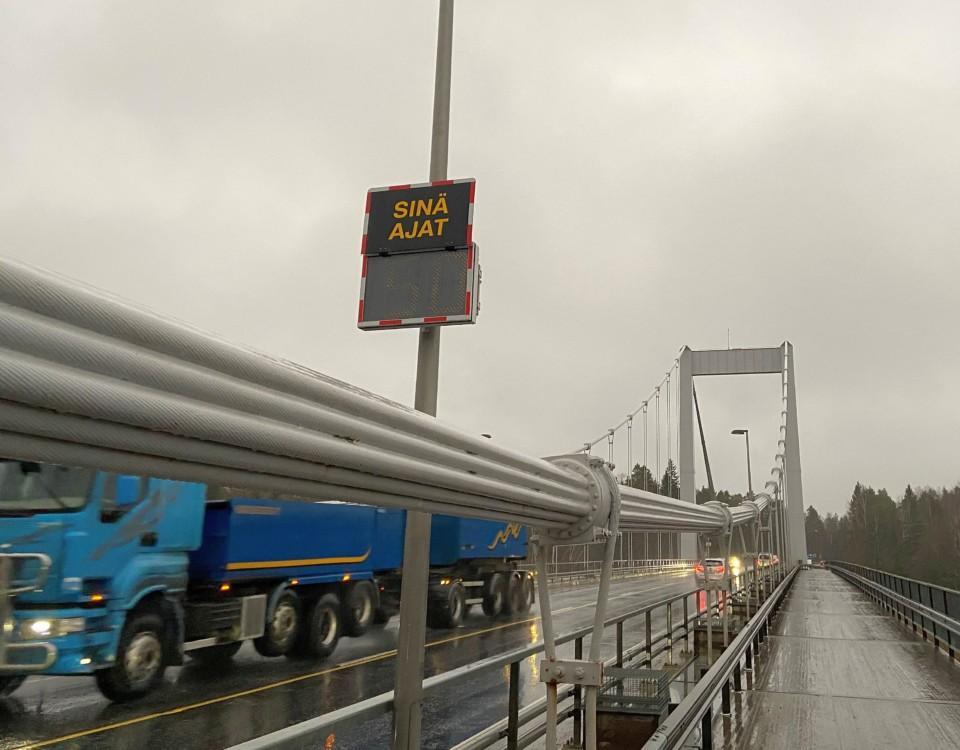 en hängbro i regnet