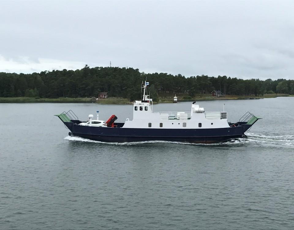 en blåvit förbindelsebåt i trafik