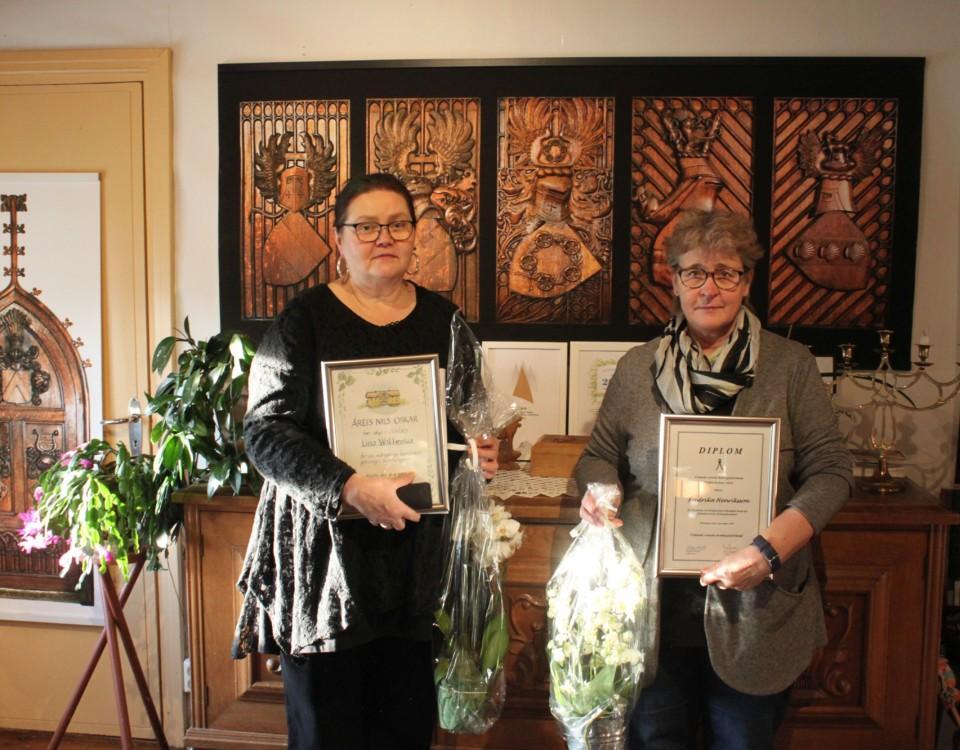 Två damer med utmärkelser