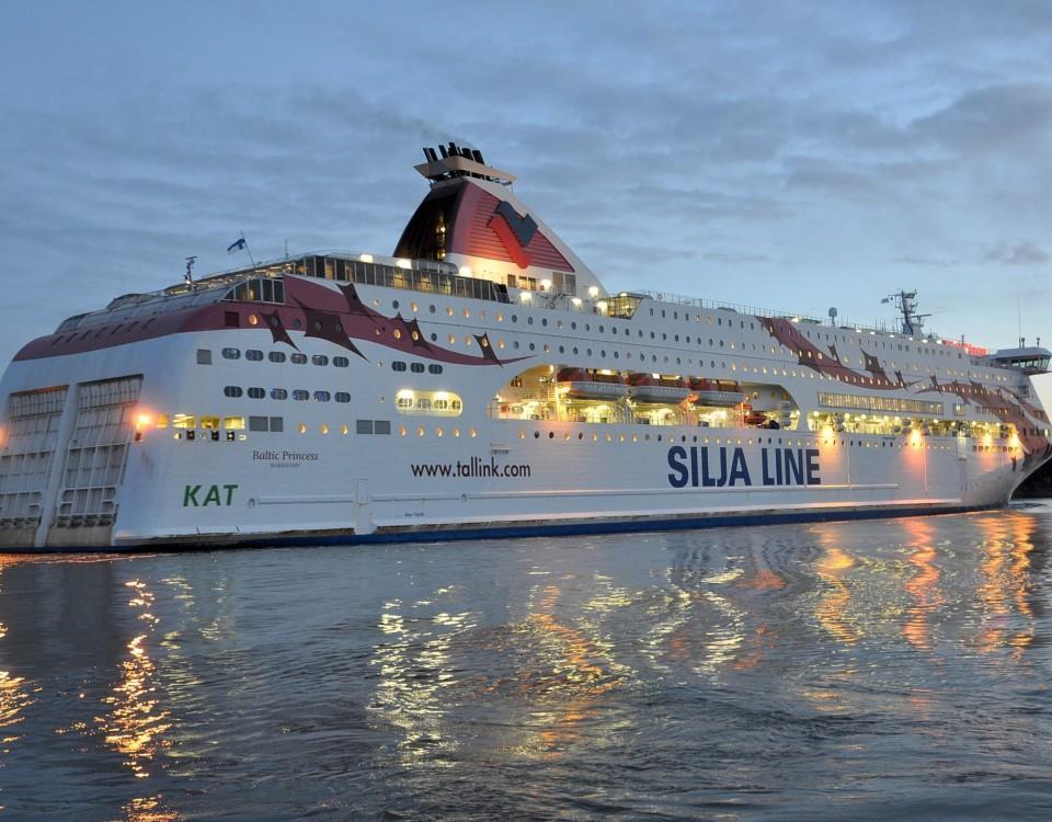 passagerarfartyg på sjön i kvällsbelysning