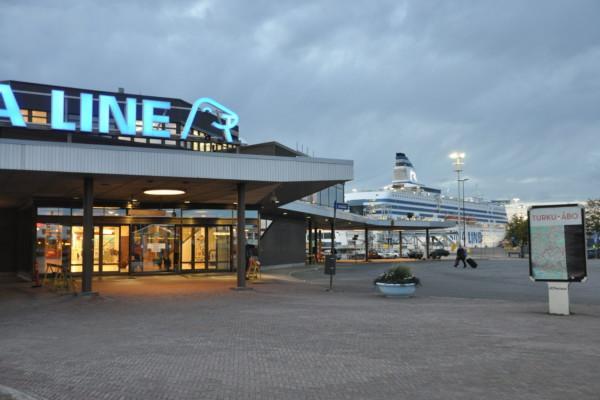 Passagerarfartyg invid passagerarterminal i Åbo hamn