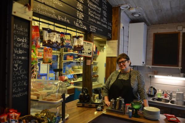 en kvinna bakom en cafédisk