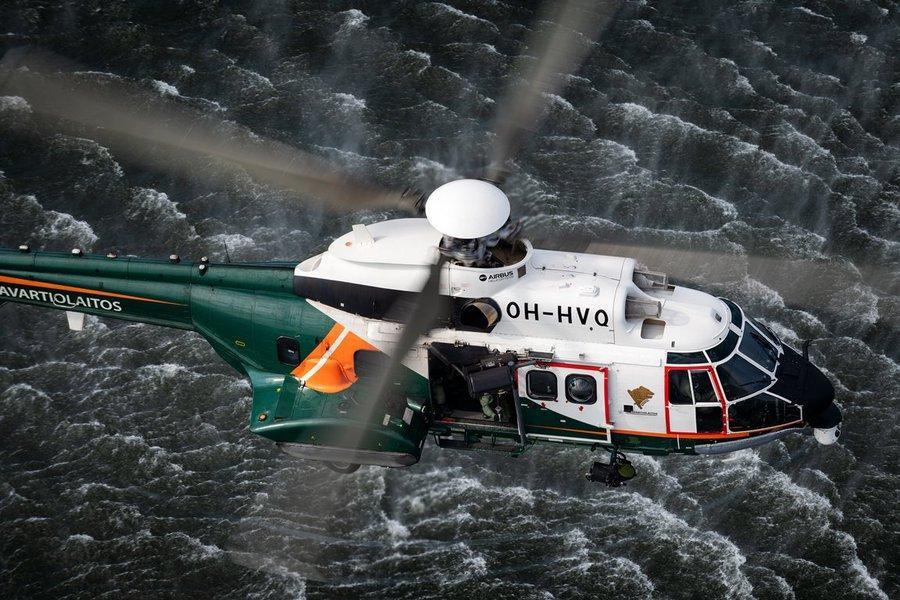 En helikopter ovanför vatten.