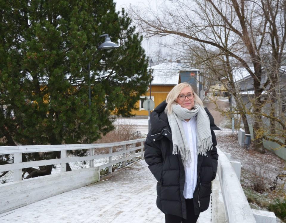 en kvinna står på en bro