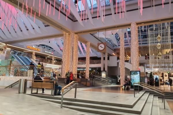 en torgplats mitt i ett köpcenter