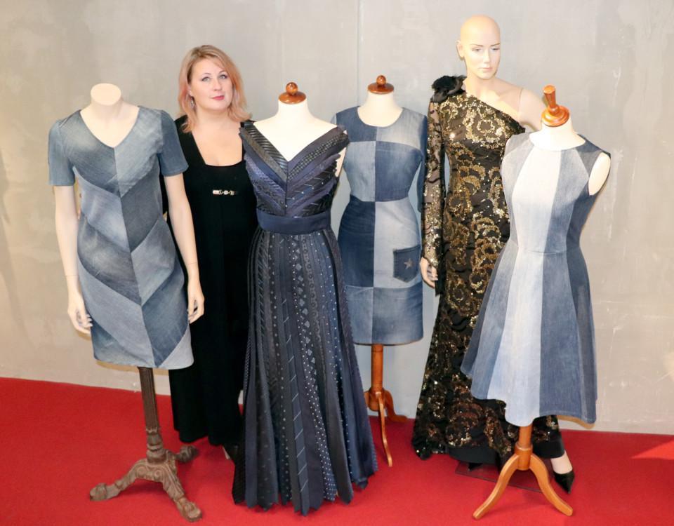 en kvinna med klänningar