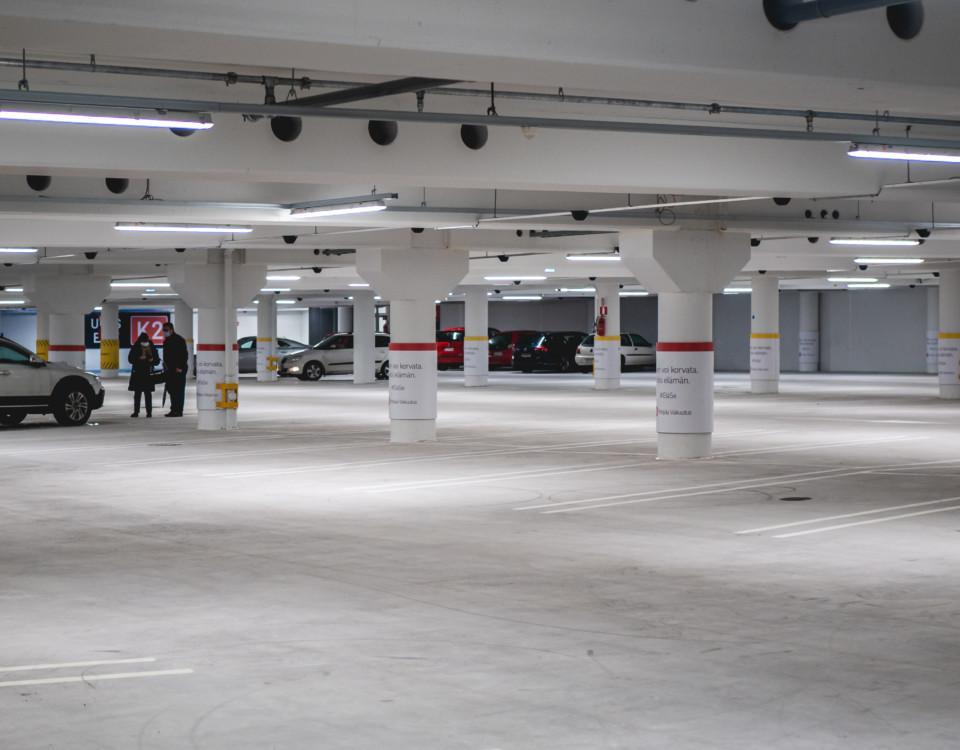 en nästan tom parkeringshall