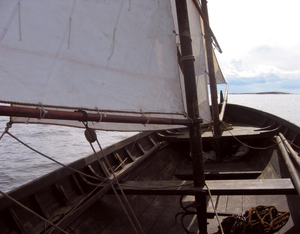 En båt på väg mot öppet vatten.