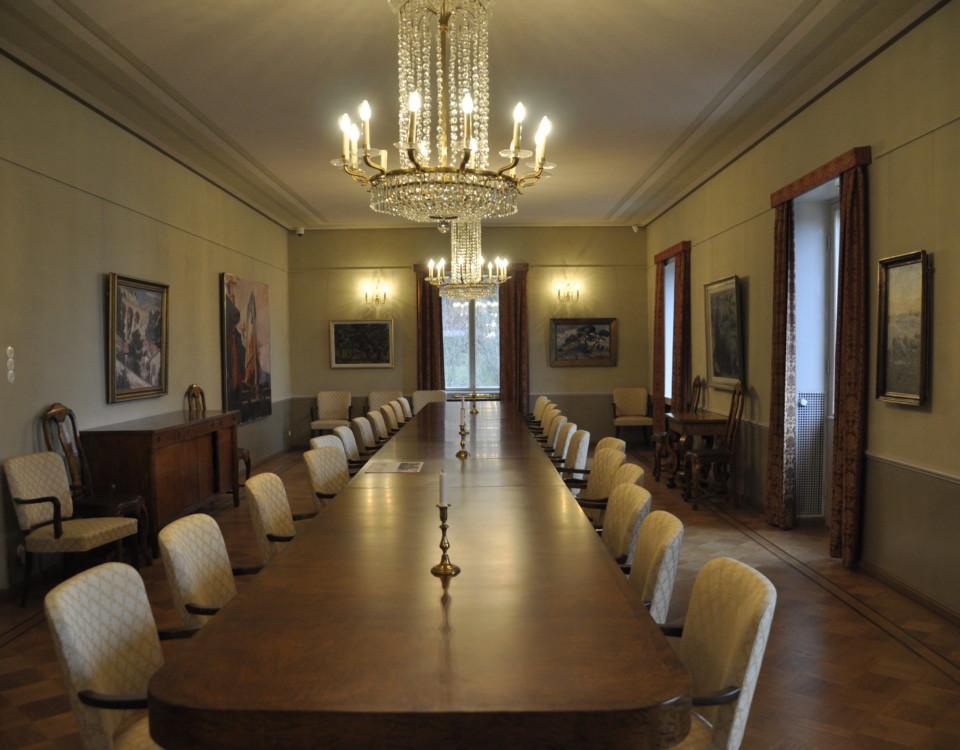 Stor sal med långt bord i mitten