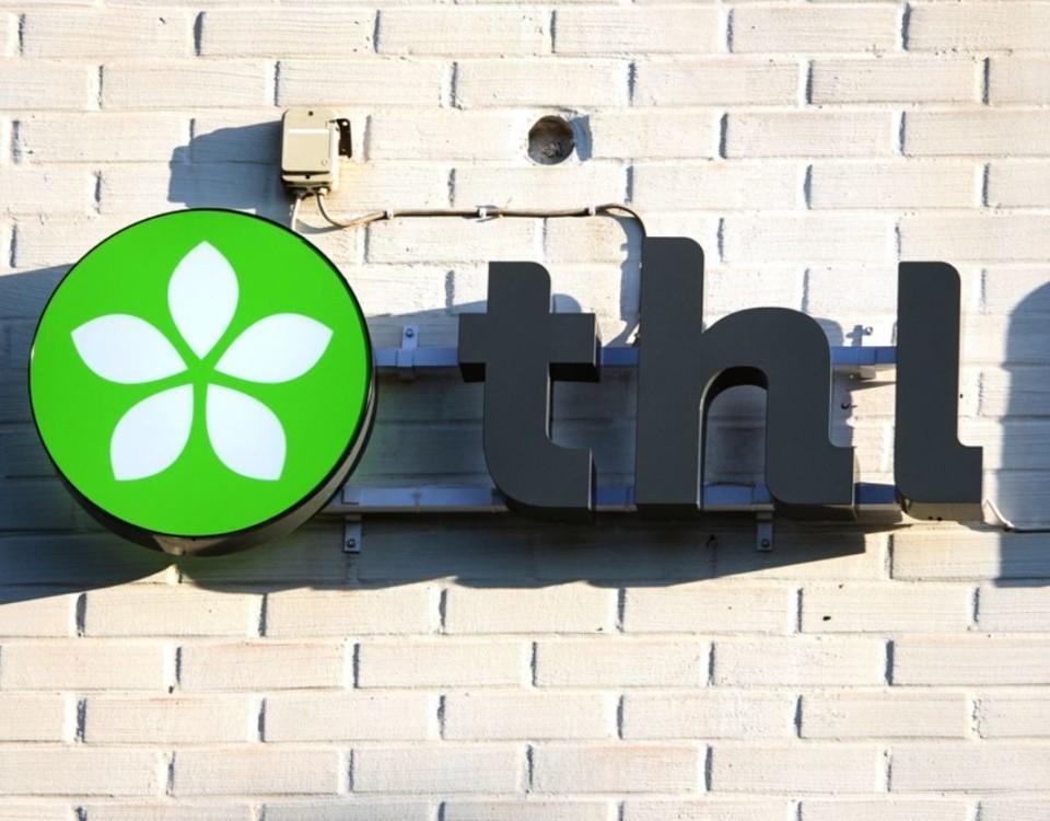 THL:s logo på en tegelvägg
