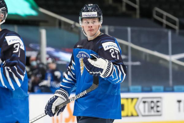 en ishockeyspelare i landslagströjan