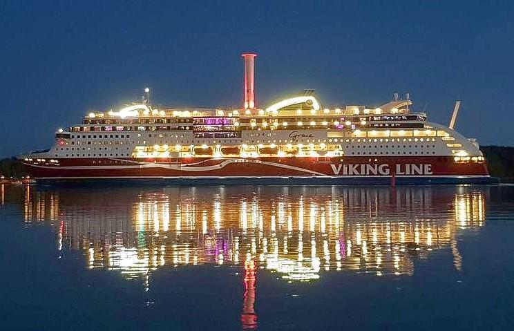 passagerarfartyg på sjön i kvällsbeöysning