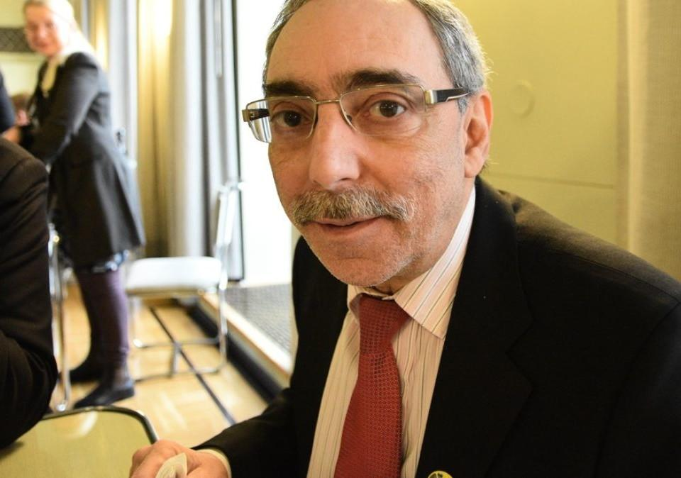 en man med mustasch och glasögon