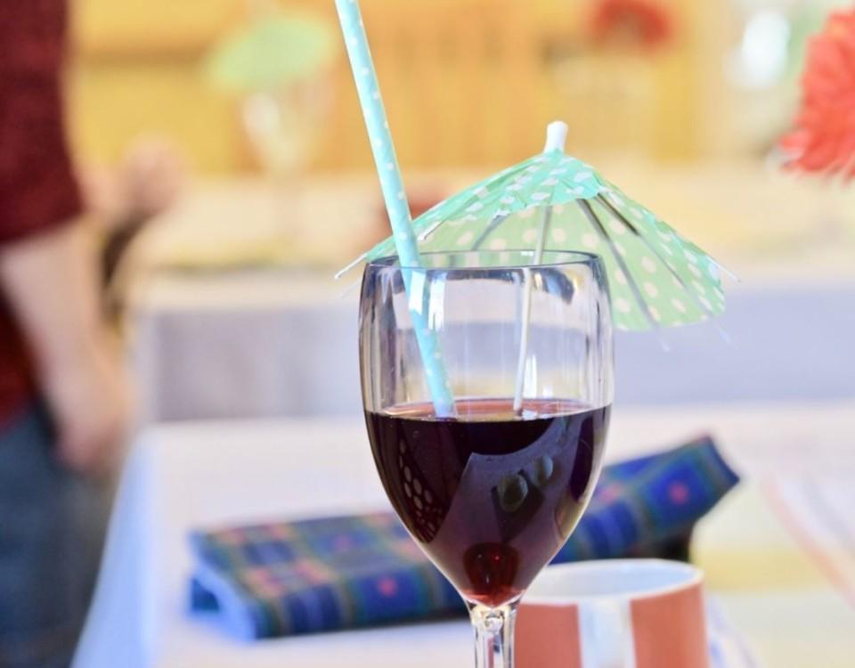 ett glas med sprit och paraply i