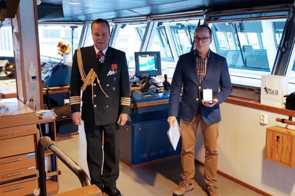En kommendör från gränsbevakningen och en sjökapten ombord på ett fartyg