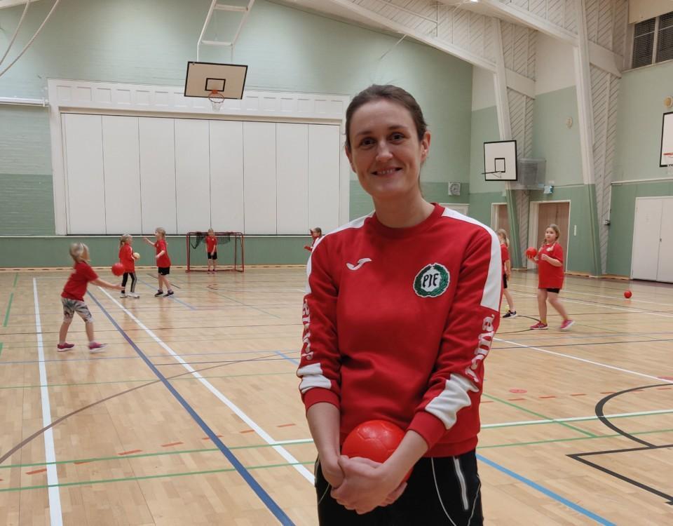 kvinna i handbollskläder på handbollsplan