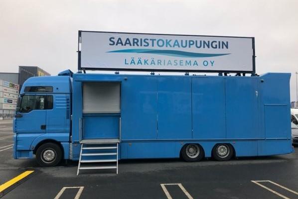 en blå lastbil med en reklamskylt