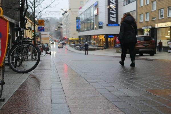 halvslaskig gata i stad