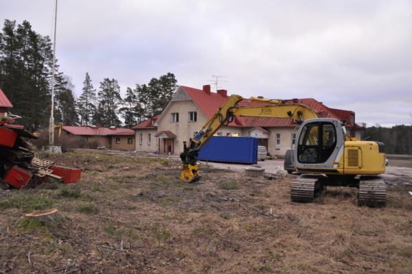 en byggarbetsplats med en grävmaskin