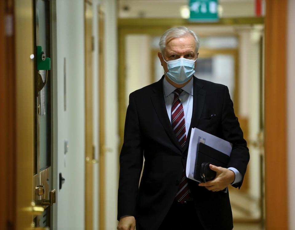 Man med skyddsmask i korridor