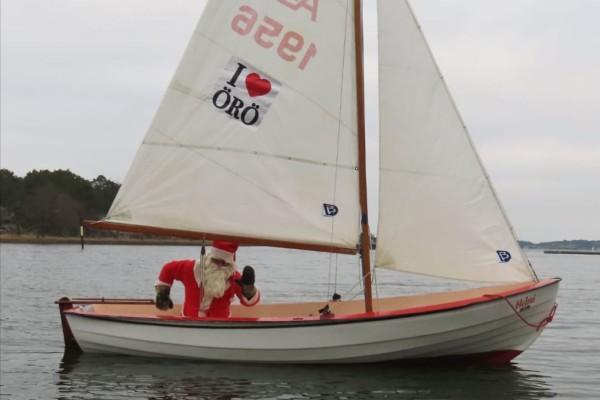 en julgubbe i en båt