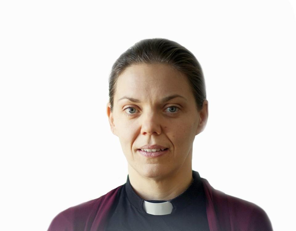 Kvinna i prästdräkt.