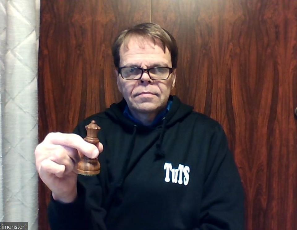 en man med en schackpjäs i handen