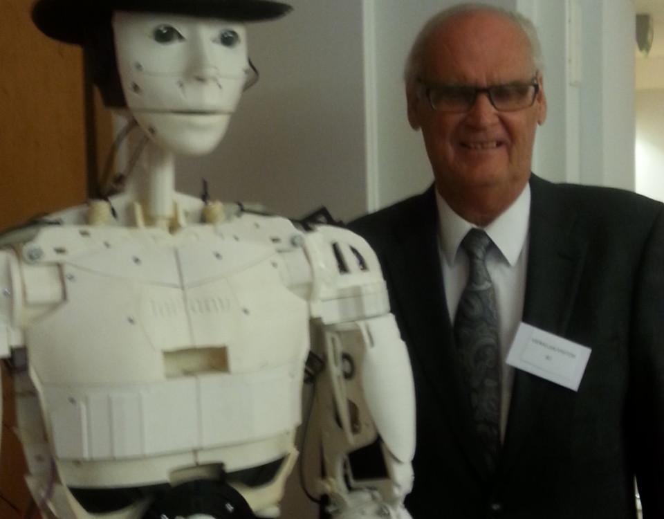 en äldre man står bredvid en humanoid robot