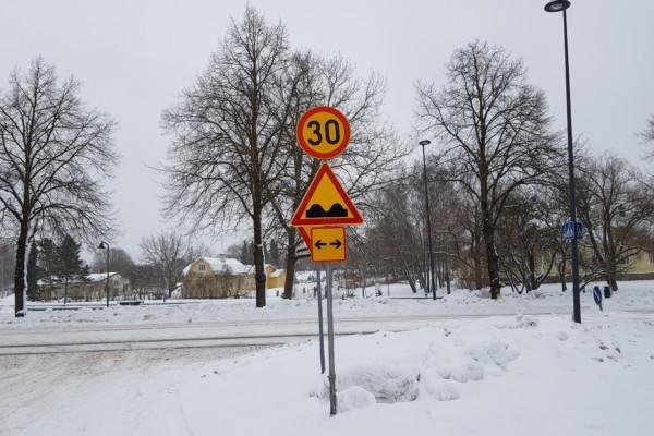 ett trafikmärke i snön