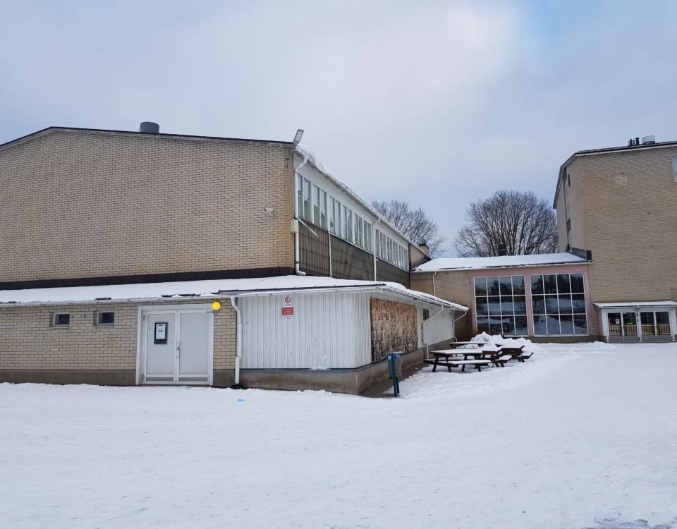 skolhus från 1970-talet i ljus tegel