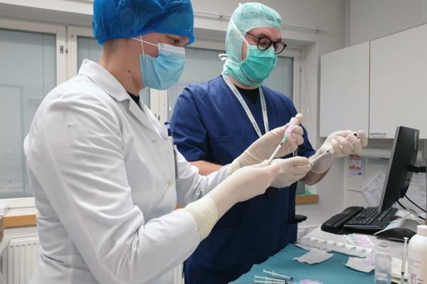 två sjukskötare förbereder vaccinering