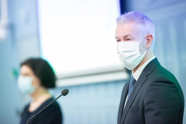 En man och en kvinna med munskydd.